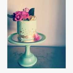 Mint and Gold Cake finished with fresh flowers #oldschooltealady chef services
