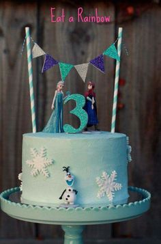 Make your own dazzling Frozen themed cake. This listing will include a set of six figures (plastic) to decorate your cake and keep to play with after (Party Top Birthday) Frozen Cake Decorations, Frozen Theme Cake, Frozen Birthday Cake, Bolo Frozen, Elsa Frozen Cake, Frozen Disney, Frozen Fondant Cake, Olaf Cake, Frozen Cupcakes