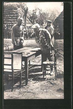 Der Kaiser Wilhelm II beim Frühstück im Felde.