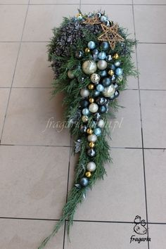 Niczym wypleciony warkocz lub wystylizowana fryzura. Niby gładko i prosto... Błyszcząco i matowo... Srebro i złoto... Szarość łamana bladym, pastelowym błękitem... Christmas Flower Arrangements, Christmas Flowers, Beautiful Flower Arrangements, Christmas Wreaths, Cemetery Decorations, Christmas Yard Decorations, Christmas Themes, Holiday Decor, Winter Bouquet