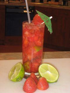 CAIPIROSKA CON FRESAS  -1 Lb. de fresas trituradas  -6 limón en rodajas  -Vodka a gusto (un 30% a modo de sugerencia)  -5 cucharadas soperas de azúcar al gusto  -Hielo triturado