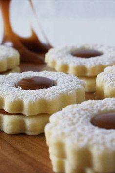 Recette de biscuits sablés au caramel au beurre salé. Simple et efficace! Moelleux et délicieusement fondants. #caramel | nathaliebakes.com