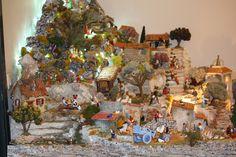 Cher(e)s ami(e)s, Je vous propose de découvrir la deuxième partie de ma crèche de Noël 2014 dont le thème principal cette année est la concorde entre les Hommes et les animaux. Voici une vue pour vous permettre de vous situer dans la découverte des petites...