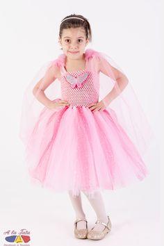 Costum de serbare Fluturas: este ideal pentru a fi purtata la o serbare, dar si la o petrecere de copii, carnaval sau balet reusind sa redea imaginea unui fluturas, o zana fluturilor, a unui personaj de basm.  Rochita fluturas roz contine o pereche de aripi fluture detasabile din tul extra fin roz si un fluturas din paiete pe suport de fetru, de asemenea detasabil. Prin detasarea accesoriilor, rochita devine o rochita tutu roz ce poate fi purtata la orice ocazie. Girls Dresses, Flower Girl Dresses, Harajuku, Costumes, Wedding Dresses, Style, Fashion, Bride Dresses, Swag