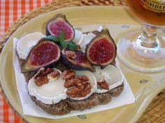 TOSTADAS CON HIGOS, QUESO CABRA Y MIEL.  APERITIVOS. http://www.revistatodolochic.com/tostadas-de-queso-de-cabra-banadas-en-miel-con-nueces-e-higos-frescos/  higos.queso-nueces