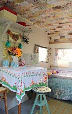 Love the patchwork quilt ceiling - made with fabric or vintage wallpaper? Tiny Trailer - Vintage Camper- Travel Caravan <O> Hippie Vintage, Caravan Vintage, Vw Vintage, Vintage Caravans, Vintage Travel Trailers, Shabby Vintage, Vintage Airstream, Retro Campers, Camper Trailers