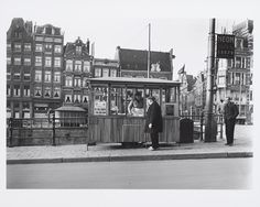 February 15, 1952. Herring stand W. J. Willemsen on the Haarlemmerstraat near the sluice. Photo Ben van Meerendonk. #amsterdam #1952