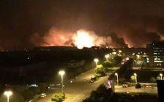 Cina, esplode un deposito di prodotti chimici: 44 morti e 600 tra feriti e dispersi -Foto TANJIN - Un'enorme palla di fuoco che illumina la notte cinese, la terra che trema e la gente che scende in strada impaurita. Sono le sconvolgenti immagini, che hanno fatto il giro del web e della tv #cina #esplosione #deposito