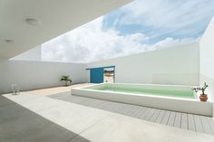 Haus in Estoril Beach von José Adrião Arquitectos in Praia do Estoril, Kap Verde - Kuche Ideen Einrichtung Minimal Architecture, Contemporary Architecture, Architecture Design, Small Backyard Pools, Small Pools, Casa Patio, Stucco Walls, Small Courtyards, Residential Complex