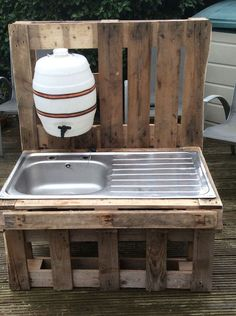 """Before plumbing: kitchen & outhouse sink water. outdoor stainless steel sink in pallet wood frame with dispenser water bottle make something like this alongside the shed area - fill tank with rainwater I like the idea to add a """"water supply"""" for the k Outdoor Projects, Pallet Projects, Garden Projects, Woodworking Projects, Childrens Kitchens, Outdoor Sinks, Palette Diy, Into The Woods, Play Houses"""