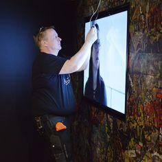 Näyttelyn eri teemat esitellään videoiden, valokuvien ja tarinoiden kautta kiinnostavalla ja monipuolisella tavalla.