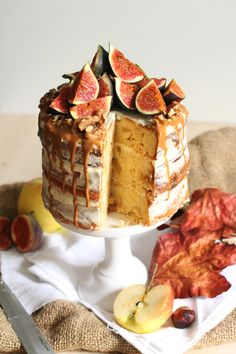 Apple Buttermilk Cake with white chocOlate cream & caramel sauce plus figs - I am SO GRATEFUL this site is in German and I can't understand a word of it.  :)