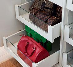 """Gavetas com visor de vidro ajudam a localizar as bolsas. """"Em meu closet, tudo é fácil de pegar e de guardar"""", diz Marina."""