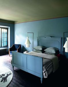 blue & green bedroom, green ceiling, hanging beside lighting