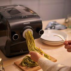 Pasta Maker è in grado di preparare fino a 600 grammi di pasta alla volta, una quantità sufficiente per 6 porzioni! Grazie agli accessori per pasta fresca, puoi scegliere tra 8 diversi tipi di pasta: spaghetti, penne, fettuccine, lasagne, tagliatelle, pappardelle, capelli d'angelo e spaghetti grossi. Puoi usare qualsiasi tipo di farina. Riempi Pasta Maker con la quantità di farina che desideri: la funzione di pesatura automatica indicherà quanto liquido aggiungere! Scopri di più su… Pasta Maker, Rigatoni, Menu Design, Get Healthy, Ricotta, Eat, Kitchen, Recipes, Anna