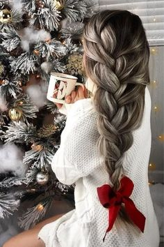 A loose French braid with a big red bow is Holiday perfection hairstyles haircuts hairinspiration braids 38913984265458378 Loose French Braids, Loose Braids, Twist Braids, Side Braids, Braids Easy, French Braid Hairstyles, Box Braids Hairstyles, Wedding Hairstyles, Hairstyles Haircuts