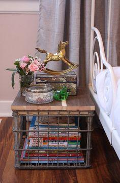 22 Super Ideas For Vintage Crate Decor Wheels Metal Milk Crates, Pallet Crates, Wooden Crates, Diy Pallet, Metal Buckets, Crate Decor, Crate Table, Crate Crafts, Decor Crafts