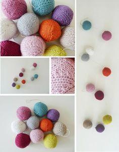 une guirlande de boules tricotées
