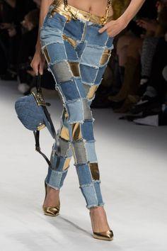Moschino at Milan Fashion Week Fall 2015 - Hosen Denim Fashion, Fashion Pants, Runway Fashion, Fashion Outfits, Womens Fashion, Fashion Trends, Dress Fashion, Fashion 2015, Dope Fashion