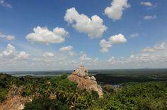 スリランカ仏教伝来の地として多くの信者が参拝に訪れるミヒンタレー スリランカのパワースポットとして有名なミヒンタレー実はパワースポットという理由以外にもミヒンタレーをおすすめしたい理由があります ミヒンタレーの遺跡群にある仏塔からの景色に大感動ミヒンタレーはスリランカの大地を地平線まで360度見渡すことができる知られざる絶景スポットパワースポット絶景これは行くしかない