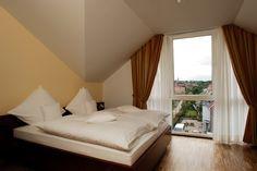 Doppelzimmer im AKZENT Hotel Altenberge Restaurant, Outdoor Furniture, Outdoor Decor, Hotels, Bed, Home Decor, Double Room, Decoration Home, Stream Bed