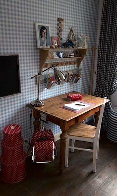 Pracovní stůl v dětském pokoji.