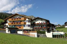 Hotel Klockerhof Lermoos This family-run hotel is surrounded by the scenic Tyrolean mountains and offers unique panoramic views of the Zugspitze. The cable car and several cross-country ski runs are in the immediate vicinity of Hotel Klockerhof. Cross Country Skiing, Hotel Reservations, 4 Star Hotels, Bed And Breakfast, Places Ive Been, United States, Mansions, House Styles, Zugspitze