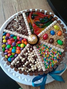 kit kat cake with favourite candy. Torta Candy, Candy Cakes, Cupcake Cakes, Kitkat Torte, Rodjendanske Torte, Food Cakes, Sweetie Cake, Candy Birthday Cakes, Birthday Cookies