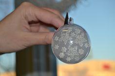 Kutistemuoville leimattu tähtikuvioita ja muovi laitettu akryylipallon sisälle. Helppotekoinen ja kaunis joulukoriste. Ohjevideo Kirjokkaan Fb-sivulla! Personalized Items