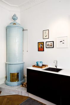 One of the most beautiful objects in a home is the Swedish 'Kakelugn', a tiled stove built in brick. Because of longer smoke canals, the brick volume and tiled surface it is much more e… Small Living, Living Spaces, Interior And Exterior, Interior Design, Traditional Fireplace, Fireplace Design, Home Decor Inspiration, Small Spaces, Decoration