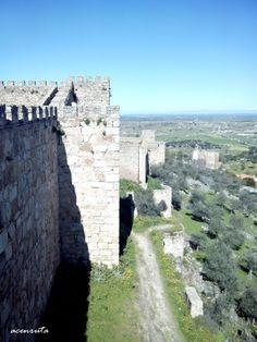 Trujillo. Vistas de un lienzo de la muralla de la Alcazaba con las ruinas de la iglesia de Santo Domingo al fondo.