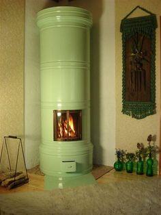 Pönttöuuni tulee mahdollisesti yhteen huoneeseen. Ei ehkä vihreänä kuitenkaan, vaikka väri onkin kiva.  Tiilirakenteen pönttöuuni