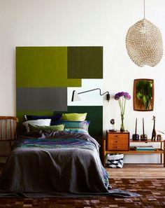 Vähemmän on enemmän. Maalaa vaneri levollisilla väreilla sängyn päätyyn. Kiinnitä ympärille puurimat. Toista sävyjä tekstiileissä ja karsi t...