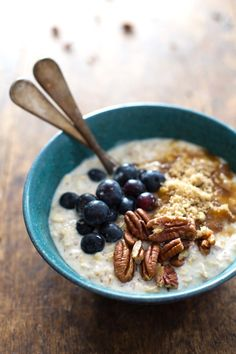 Looking for Fast & Easy Breakfast Recipes! Recipechart has over free recipes for you to browse. Find more recipes like Flax and Blueberry Vanilla Overnight Oats. Breakfast And Brunch, Breakfast Recipes, Healthy Desayunos, Healthy Recipes, Vanilla Overnight Oats, Overnight Oatmeal, Overnight Porridge, Bon Dessert, Oats Recipes