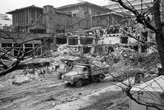 Demolition of the Famed Imperial Hotel Designed by Frank LLoyd Wright, 1968 Falling Water House, Frank Lloyd Wright Homes, Imperial Hotel, Usonian, Historical Architecture, Building Structure, Large Truck, Nagoya, White Photography