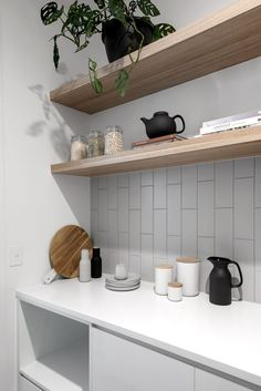 to design the perfect walk-in pantry How to design the perfect walk-in pantry. Floating timber shelves in kitchenHow to design the perfect walk-in pantry. Floating timber shelves in kitchen Kitchen Shelves, Kitchen Pantry, Kitchen Living, Diy Kitchen, Kitchen Decor, Open Kitchen, Kitchen Layouts, Awesome Kitchen, Luxury Kitchens
