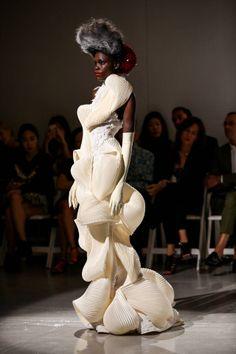 Fashion Week: Thom Browne Spring/Summer 2014 Art should be disturbing! We love you Thom Browne! 3d Fashion, Weird Fashion, Fashion Details, World Of Fashion, High Fashion, Fashion Show, Fashion Design, Structured Fashion, Crazy Dresses