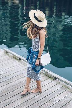 Shop the look: Weißes und schwarzes horizontal gestreiftes Trägerkleid, Blaues Jeanshemd, Hellbeige Wildleder Sandaletten, Weiße Leder Umhängetasche für Damen