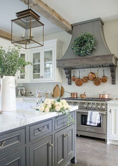 Amazing farmhouse kitchen decorating ideas for inspiration Makeover your farmhouse kitchen - It was time. Farmhouse Kitchen Thoughts White Basically can find out it with the assistance of woodworking plans which are located online. Farmhouse Kitchen Cabinets, Modern Farmhouse Kitchens, Painting Kitchen Cabinets, Home Kitchens, Kitchen Modern, Kitchen Cabinetry, Farmhouse Sinks, Kitchen Fixtures, Farmhouse Style