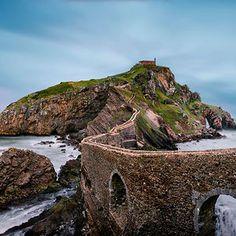 Bridge to Gaztelugatxeko Doniene hermitage, Gaztelugatxe islet, Bermeo, Basque Country Mundo Design, Street Photography, Landscape Photography, Rio, World Street, Basque Country, World Cities, Another World, Dream Vacations