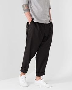 Baggy pleated trousers are my preferred trouser for summer weather. Unless I'm wearing shorts, I need my lower extremities to Estilo Cool, Mens Style Guide, Gq Mens Style, Minimal Outfit, Mens Trends, Fashion Outfits, Mens Fashion, Classic Outfits, Looks Style