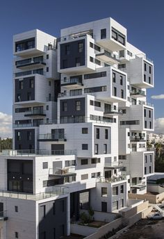 Image 4 of 27 from gallery of 22 Haganim st. Ramat Ha'sharon / Bar Orian Architects. Photograph by Amit Geron