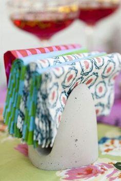 KLAR! sätt några mönstrade servetter i det fina servettstället.