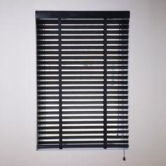 Black is uiteraard de zwarte kleur binnen het kleurenpalet. Deze kleur is momenteel zeer populaire kleur en wordt besteld met zwart of wit ladderband. Zeker in combinatie met een licht interieur met veel wit of lichtgrijze tinten, is de zwarte houten jaloezie absoluut een aanwinst.