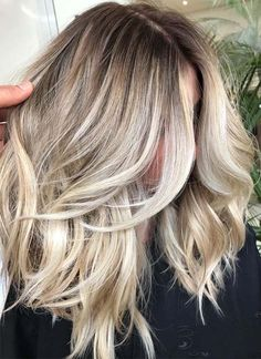 Fantastic looking balayage ombre hair color shades with shadow roots in 2019. No matter which type of hair length or hair texture you have, just choose this amazing balayage hair color and apply this fresh hair color nowadays just for fresh and cute hair looks. Hair Color Shades, Ombre Hair Color, Hair Color Balayage, Hair Colour, Blonde Color, Natural Blonde Balayage, Blonde Bayalage, Balayage Ombre, Honey Balayage