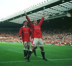 Eric Cantona e David Beckham, Eric Cantona, David Beckham, Gq, Bobby Charlton, Classic Football Shirts, Sir Alex Ferguson, Premier League Champions, Lifestyle Sports, Manchester United Football