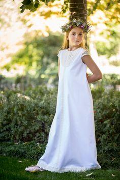 Vestido de Primera Comunión Manuela, realizado en piqué canutillo blanco, con corte evasé y con detalles de puntilla cruda en la pechera, mangas y espalda. Creación Teresa Palazuelo.