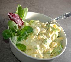 Az uborkától és a hagymától könnyed íze lesz, így nyáron is jó kis reggeli – vacsora lehet! Hozzávalók: 5 kemény tojás 3-4 újhagyma 1 kígyóuborka csipetnyi őrölt kömény 2 evőkanál zsíros tejföl 2 evőkanál majonéz só, bors Elkészítése: A tojásokat nagyobb darabokra vágjuk és egy tálba tesszük. Az uborkát megtisztítjuk, felvágjuk, majd lesózzuk és 15 …