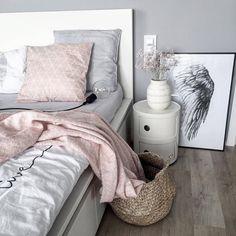 Skandynawska sypialnia credit @kajastef #scandinavianinterior #scandinaviandesign#homedesign#kahlerdesign#omaggio#omaggiovase#skandynawskiedodatki#nordichome#takieWazonyTylkoUnas#