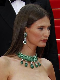 Fabulous de Grisogono necklace set with 5 massive emerald drops and 5.345 faceted emeralds and 297 diamonds. (A masterpiece !). The earrings are each set with two cabuchon emeralds, 135 faceted emeralds, large oval diamonds and 296 smaller diamonds
